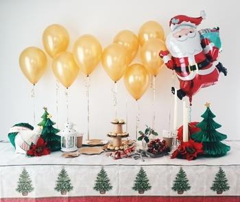 部屋の一角に風船をいっぱい飾るだけでもパーティー気分が盛り上がります。クリスマスカラーで揃えるのも良いし、風船だけ大人の色合いにして、全体を引き締めるのも◎。