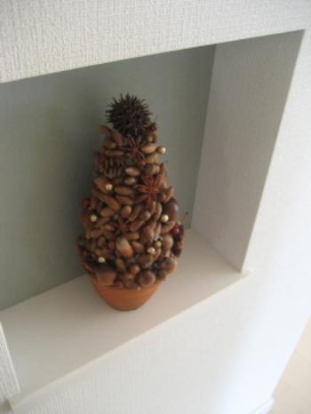たっぷりのドングリで作る、モダンでキュートなクリスマスツリーはナチュラルなお部屋にピッタリ。作り方も簡単♪円すいを厚紙で作って、拾ったドングリをボンドやグルーガンで付けるだけのコスパも作り方も◎の飾りです。