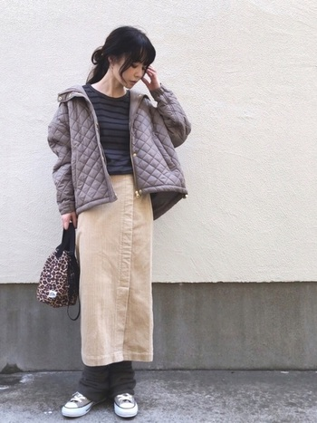 コーデュロイスカートにレッグウォーマーを合わせてよりカジュアルに。タイトスカートと対照的なルーズなシルエットが目を引きます。
