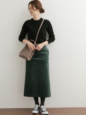 深みのあるグリーンが秋冬らしく大人の魅力を感じさせるスカート。コーデュロイ生地の柔らかな光沢感をより印象的に感じさせます。カラーに統一感をもたせたミニマルなスタイルがスカートの美しさをより際立たせます。