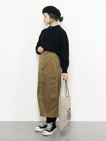コーデュロイスカート以外は全てブラックでまとめたフレンチシックなスタイル。ベレー帽やバック、アクセサリーなど小物の合わせ方もとても計算されています。