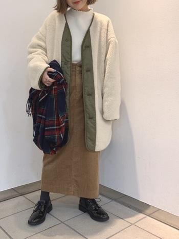 流行りのボアブルゾンにコーデュロイスカートを合わせて。ほっこり温かい気分にさせてくれるスタイルは秋冬のお散歩にもぴったり。