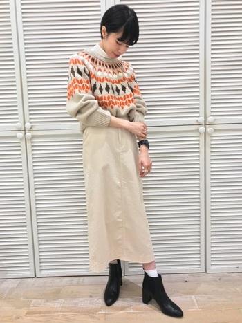 ざっくりニットをスカートにインしてかわいらしく。ニットの柄が良いアクセントになっていますね。