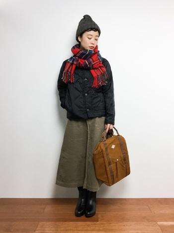 グリーンをメインカラーにブラックのブルゾン&ブーツでピリッと引き締めた秋冬らしいスタイル。マフラー、リュック、ニット帽、小物選びのセンスも秀逸。大人かわいいカジュアルスタイルのお手本です。