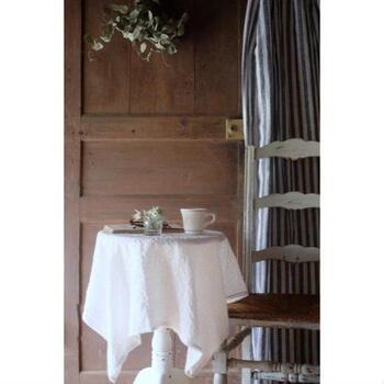 ひとり用のちいさめラウンドテーブルに、白いテーブルクロスをかければ、優雅なティータイムの始まりです。  いつもと違う雰囲気を作りたいときに、テーブルクロスが何枚かあると重宝しますよ。