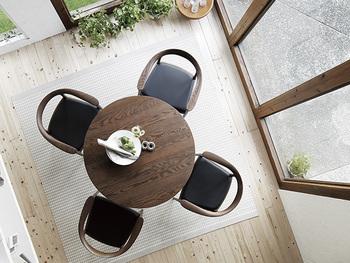 シンプルで無駄のないフォルムが魅力的なラウンドテーブルは、流れるような木目が素敵です。黒い座面の椅子を合わせて、きゅっと場の空気を引き締めて。