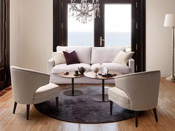 ソファを囲むように配したラウンドテーブルは、高さ違いをアレンジしてリズミカルに。黒いマットなテイストの脚がスタイリッシュな空間を作り出しています。