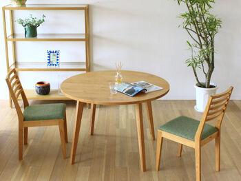 天然の無垢材を使ったオーソドックスなテーブルを選べば、長い間、飽きずにずっと安心して使い続けることができますね。滑らかな触れ心地にも惹かれます。