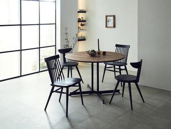 シンプルで端正な表情のブラウンラウンドテーブル。椅子を二脚ずつお揃いにして、すこしリズムをプラスしています。 テーブルの脚が十字になっているので、安定感も抜群です。