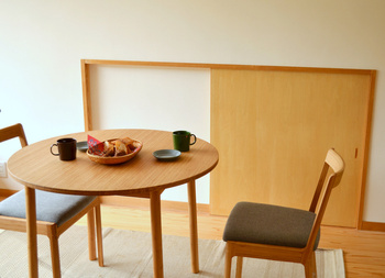 窓から差し込む日の光に映える、ナチュラルな木のテーブルです。小さなスペースでも使いやすいサイズ感とシンプルなデザインは、二人暮らしのおうちにおすすめです。