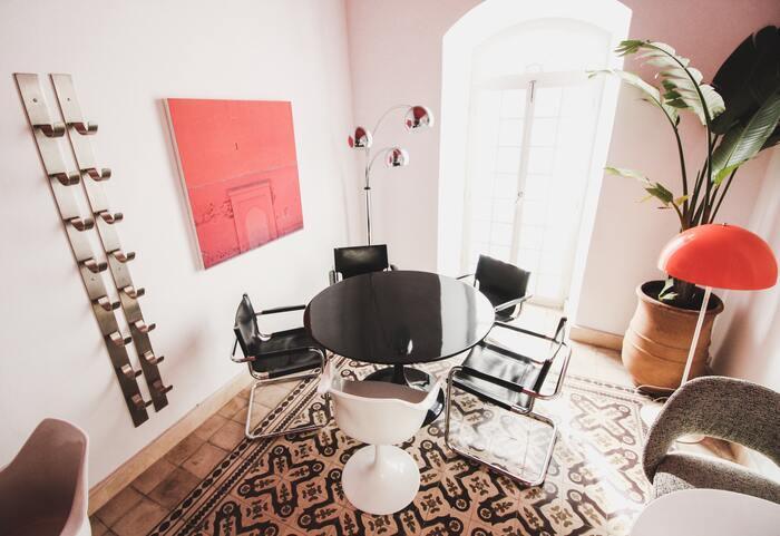 白×黒のモノトーンに、赤を上手に効かせたスタイリッシュなインテリアコーディネート。2つのフロアランプはどちらもモダンなデザインが印象的。絵や植物との組み合わせ方もおしゃれな雰囲気です。