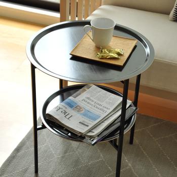 サイズ違いのトレイをふたつ重ねたような、スウェーデン製のサイドテーブル。軽いので移動するのも簡単です。  ソファの横だけではなく、ダイニングテーブルの横、ベッドサイドなど必要な場所にすぐに運べます。