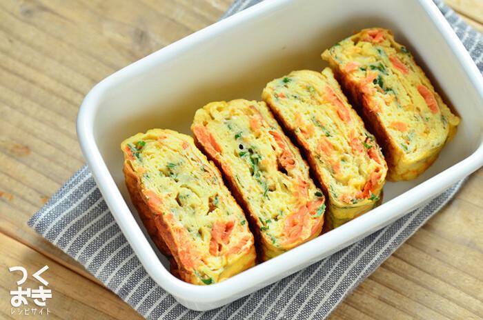 ほぐし鮭を使った、赤、黄、緑で見た目もおいしい、卵焼きのレシピ。パッと華やかだから、お弁当の一品にどうぞ!