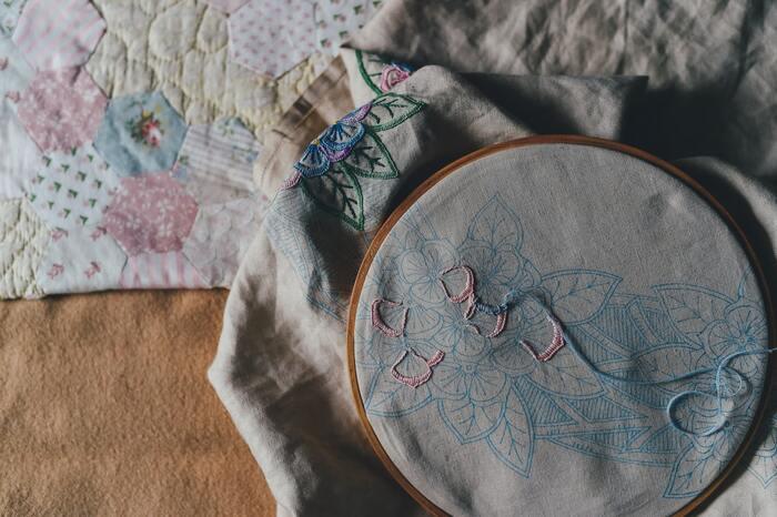 刺繍枠は必須ではないですが、使うと針が指しやすいうえに仕上がりもきれいです。 その他、糸や布を切るためのはさみ、図案を生地に写すためのチャコペンや図案シートを用意しましょう。