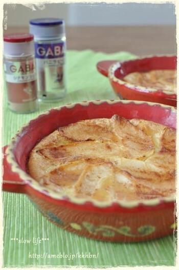 りんごとシナモンシュガーの風味が美味しいファーブルトンは、浅めのお皿に入れて焼き上げています。赤い耐熱容器がりんごによく似合っていますね。  そのままテーブルに出せる可愛い耐熱容器はこういうシーンでも重宝します。