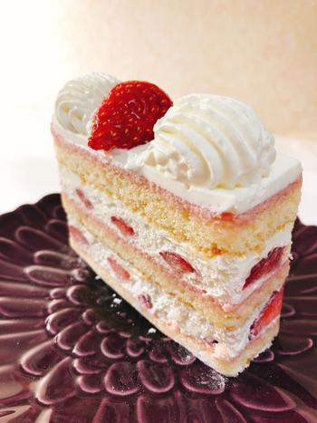 """そんな名店のいちごショートケーキがこちら!""""生クリームといちご""""という意味のある「シャンティフレーズ」は、丁寧に作られた生クリームと、甘酸っぱいいちごの味わいが楽しめる、贅沢なケーキです。スポンジはとってもなめらかで、いちごとクリームをやさしく包みます。いちごがたっぷり入っているところがいいですね♪"""