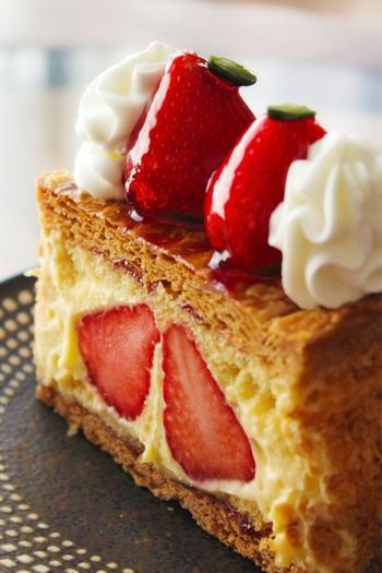 いちごのケーキであれば、かわいい見た目の「ナポレオンパイ」も大人気。サクサクの生地にたっぷりのカスタードクリームが入った、ボリューム満点のパイです。シーズンになれば、いちごはあまおうに変更されます。断面もかわいらしい♪半分に切りやすいので、シェアして楽しむ方も多いようです。