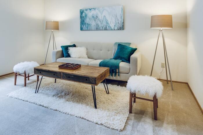 シンプルで上品な雰囲気のインテリアコーディネートです。フロアランプを壁際にシンメトリーに配置することで、すっきりと落ち着いた印象に。白×ベージュ×ブルーグリーンの爽やかな配色も、洗練された雰囲気で素敵ですね。