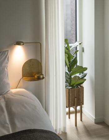 フロアランプを置くスペースや、デスクライトを置くための家具を配置できない場合には、こんなふうに壁に棚を取り付けても◎。優しい光が壁に反射して、温かみのある癒しの空間を演出できます。