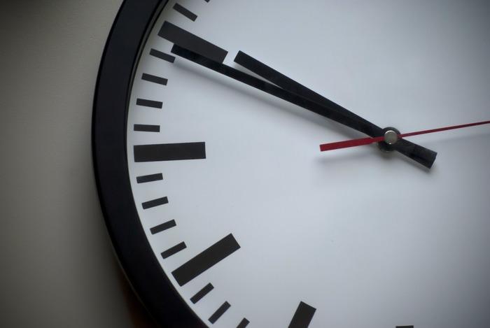 自分の行動にかかる時間をあまりにも甘く見積もりすぎてしまうと、遅刻や気持ちの余裕の無さにつながってしまいます。待ち合わせの時間や締切など、余裕をもってプラスアルファの時間を考えておくと、ゆとりをもって行動できるようになりますね。