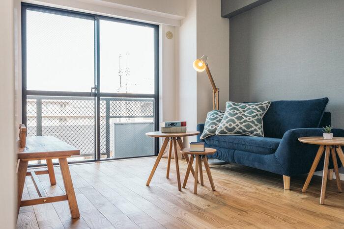 室内照明には天井からお部屋全体を明るく照らすシーリングライトをはじめ、フロアライトやデスクランプ、スポットライトなど様々な種類があります。それらを上手に組み合わせることで、より洗練されたおしゃれな雰囲気を演出できます。