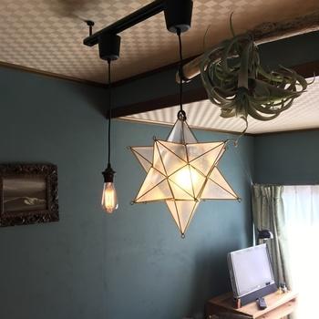 こちらはダイソーのアートテラリウムを使った、モダンなデザインの星型照明です。写真のようにシンプルなペンダントライトと組み合わせると、カフェのようなおしゃれな雰囲気を演出できますよ。