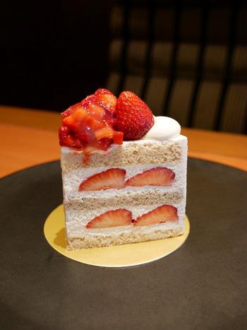 いちごのショートケーキが販売されるのは冬から春にかけて。写真は、スーパーシリーズの中でも最も贅沢な「エクストラスーパーあまおうショートケーキ」です。脂肪分たっぷりのクリームに、高級小麦粉で仕上げたスポンジ、そして高級な博多あまおうが贅沢に使われています。見た目も味も超一級品!初めて体験する贅沢な味わいです。