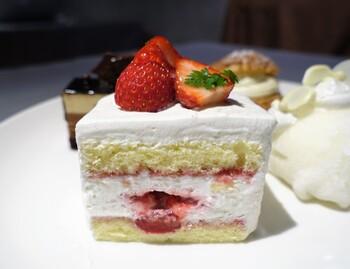 そんなパティスリーアサコイワヤナギさんのスイーツの魅力は、フルーツ!岩柳麻子さんのご主人のご実家で採れた新鮮なフルーツがたっぷり使われています。ショートケーキも季節に合わせてフルーツを変更。いちごのショートケーキが味わえるのは年末頃から初夏にかけて。なめらかな生クリームにとろけちゃいそう…♪