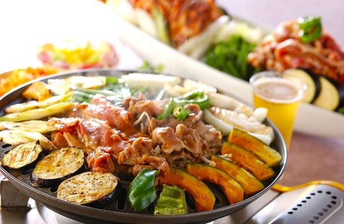 北海道のソウルフード「ジンギスカン鍋」。羊肉と一緒に野菜が味わえ、焼き肉よりもヘルシーなので、女性にも大人気のメニューのひとつですよね。 そんなジンギスカンはおうちでも食べることができるって知ってましたか?ひとつは欲しい専用の鍋や取扱い方、おすすめの美味しいジンギスカンレシピをご紹介します♪