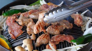 北海道では有名なジンギスカン鍋の名前の由来は諸説ありますが、もっとも有力なのはモンゴル帝国の皇帝チンギスハンが遠征中に羊の肉を食べていたことから、その名前が付けられたというもの。
