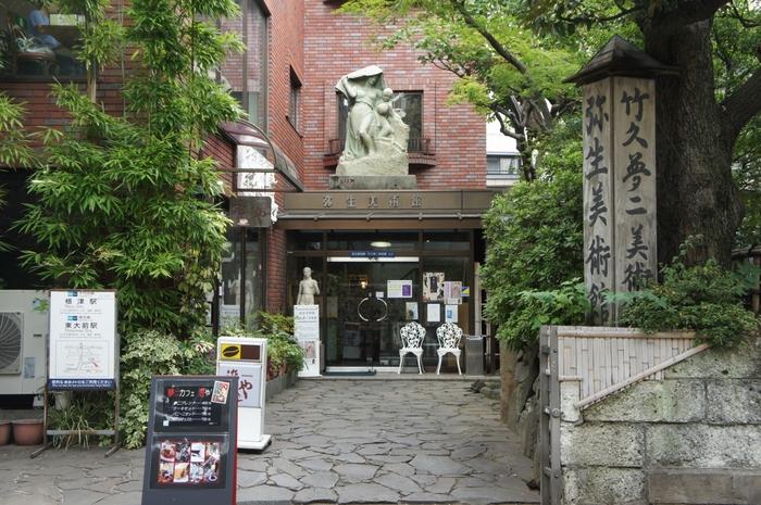 大きな目や華奢な体が特徴の「夢二式美人画」で知られる竹久夢二。竹久夢二美術館では年に4回企画展が行われており、毎回テーマごとに希少な関連資料とあわせ、常時約200~250点の作品を鑑賞することができます。