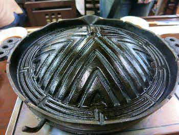 一般的に使われているジンギスカン鍋には、穴が空いているものがほとんど。溶け出た肉の脂が穴から落ちるのでとってもヘルシー。また、穴から火が直接肉にあたって、こんがりと香ばしい風味を堪能できるんです♪