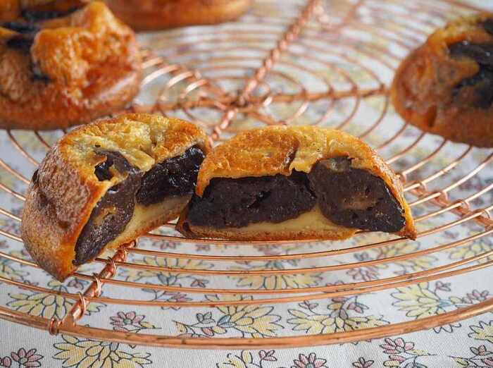 種抜きの大きなプルーンを二粒ずつ入れたファーブルトンは、ジューシーで食べごたえもばっちり!ブラウンシュガーを使っているので、コクもあります。