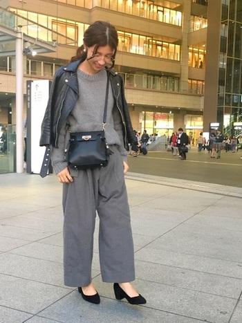 インナーの上下をグレーでまとめ、黒のライダースジャケットを羽織ったマニッシュコーデ。ブラックの靴やバッグを合わせて、全体をクールに引き締めましょう。