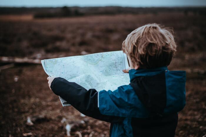 旅行中、子どもたちにはそれぞれに役割を与えるようにすると、子どもたちは自分の役割を全うしようと頑張ってくれるものです。  地図の管理をお願いするのもいいですね。上下左右、東西南北への感覚が鍛えられます。スマホ世代のGPSに慣れ切った親も、その場ではいったんスマホは鞄にしまって、一緒に紙の地図で確認するように心がけましょう。