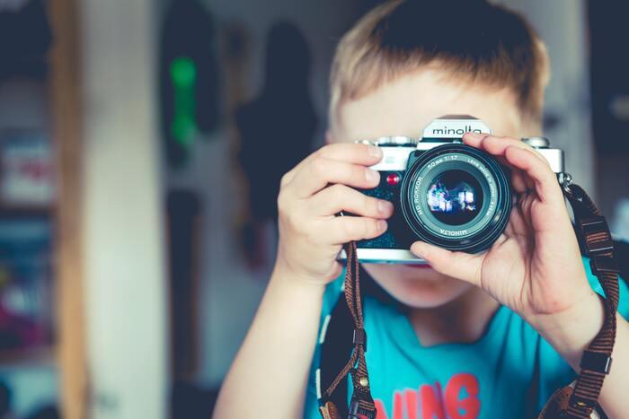 最近はスマホのカメラも優秀ですが、子どもに写真撮影をお願いするなら、キッズ用のデジカメを一台用意してあげると気分が盛り上がります。キッズ用のカメラは子どもの手に馴染む大きさであったり、防水機能がついていたりと、子どもが使いやすいように作られていますよ。  子どもの目線で撮った写真は、大人には考えられないような斬新なものがたくさん!親にも新しい気付きを与えてくれます。