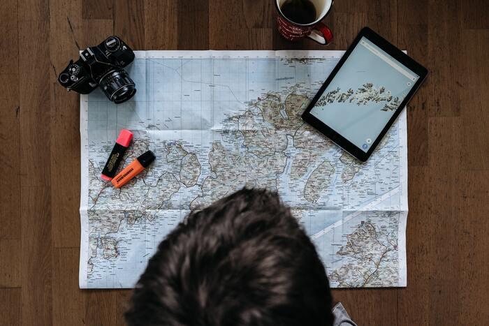 旅行は子どもたちの地理的な感覚を養うのに適しています。大人でも場所の感覚は案外曖昧なもの。この機会を生かして、自分の家、旅行先、そしてアクセス途中の道のりなどを確認していってみましょう。  地図を眺めて、場所を知っていくと、毎日のニュースで流れる地域名にも敏感に反応できるようになりますよ。