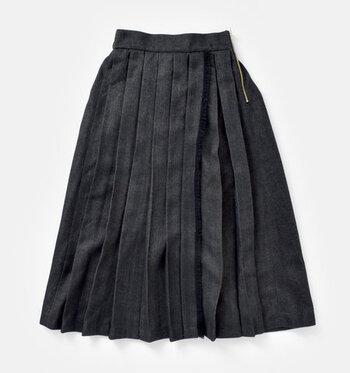 「プリーツスカート」は、布が蛇腹(じゃばら)状に折られたスカート。動くたびにふわりとプリーツが広がり、立体感のある美しいシルエットに。コーディネートの主役にもなれるデザイン性◎なスカートなのに、合わせやすいのも魅力です。