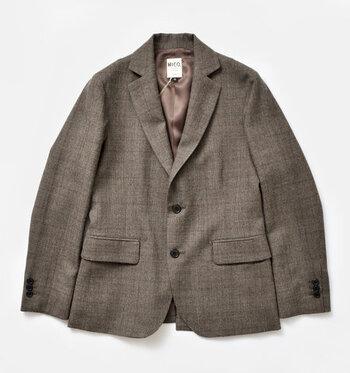 「テーラードジャケット」とは、スーツのようなきちんとした仕立てのジャケットです。無地は着回しやすいですが、スーツ感が出るので、おしゃれに着るならチェック柄がおすすめ。シンプルなコーデに羽織るだけでコーディネートをぐっと垢抜けて見せてくれます。