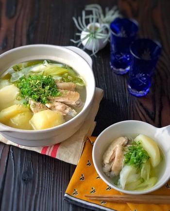 具材は、手羽中とじゃがいもとネギのみ!手羽中は、手羽先や手羽元を代用してもOKです。昆布だしや鶏がらスープで出汁を作り、ニンニクやしょうがで味を調えます。ゴロゴロじゃがいもと手羽中で、お腹いっぱいに。風邪予防だけでなく、疲労回復にもおすすめです。