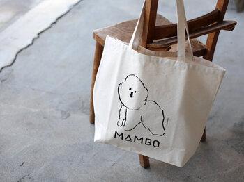 """東京目黒の古いホテルを拠点とする「CLASKA(クラスカ)」。直営のGallery & Shop""""DO""""(クラスカ ギャラリー&ショップ ドー)では、様々なイラストレーターがデザインするプリントのトートバッグに出合えます。 おすすめは塩川いづみさんが描く、ゆるっとした犬が可愛い「MAMBO(マンボ)シリーズ」。なんとも言えない素朴な表情がたまりません。"""