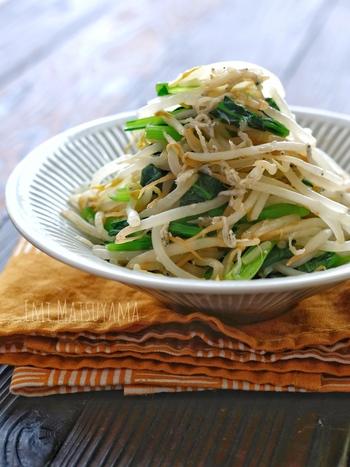 麺つゆで簡単にできる小松菜ともやしのサラダは、かさましできて、リーズナブルなの嬉しい点。しらすやごま油、鶏ガラスープの素でコクもたっぷりです。