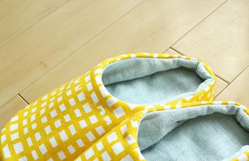 お裁縫が好きな方は、本を参照しながら、手作りの、足にピッタリとフィットしてくれる布のルームシューズにチャレンジするのも◎。