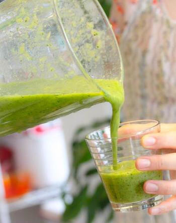 ベースに野菜ジュースを使うことで、簡単にしかも少ない材料で作れるスムージー。小松菜やおうちにある果物を加えて完成させましょう。