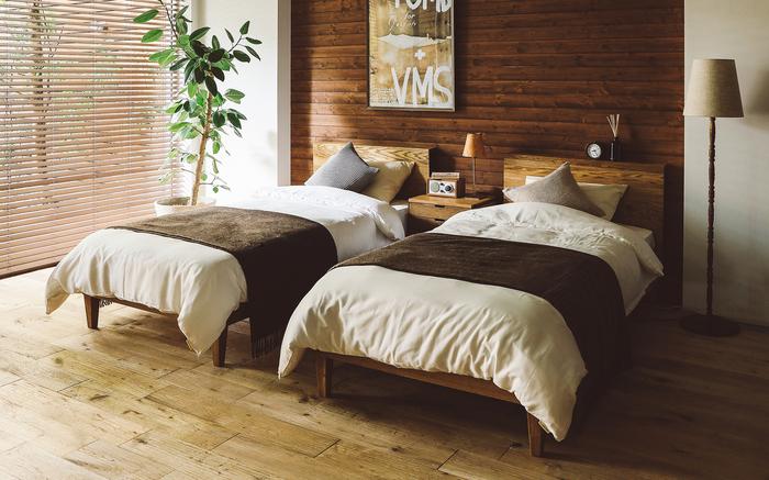 ベッドサイドに配置したこちらのフロアランプは、ナチュラルなウッドスタンドがおしゃれな雰囲気です。ベッドの間にもデスクライトを置くと、よりリラックス感のある居心地の良いお部屋作りができます。