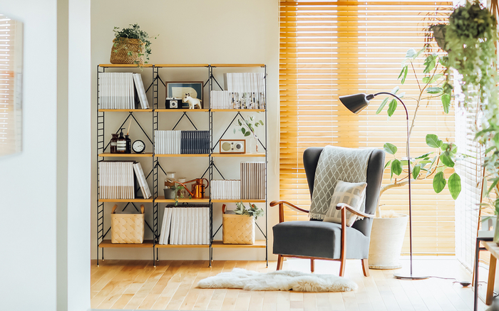 リビングルームの一角に、こんな素敵な読書コーナーを作るのも素敵ですね。優しい光を放つフロアランプとグリーンを配置すれば、ゆったりとくつろげる癒しの空間に。