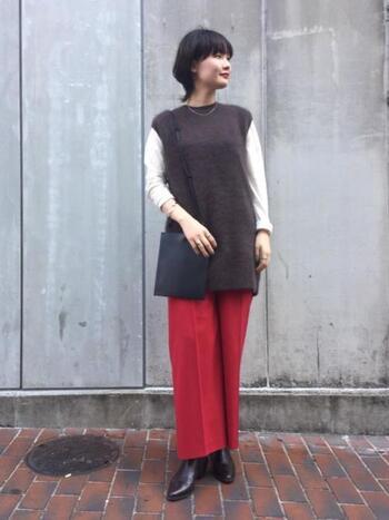 赤いパンツが印象的な、大人コーデ。ロングニットベストに華奢なアクセサリーを合わせることで、主役アイテムのパンツもレディライクな雰囲気に。ここにショートブーツを合わせれば、足元に空気感が出て軽さが生まれます。