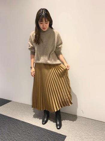 光沢のあるプリーツスカートでいつもよりも華やかな印象を演出。トップスにはニットを合わせてこの時期ならではの温かみのある+綺麗めなコーデです。ここにショートブーツを投入すればよりメリハリのあるスタイルになります。
