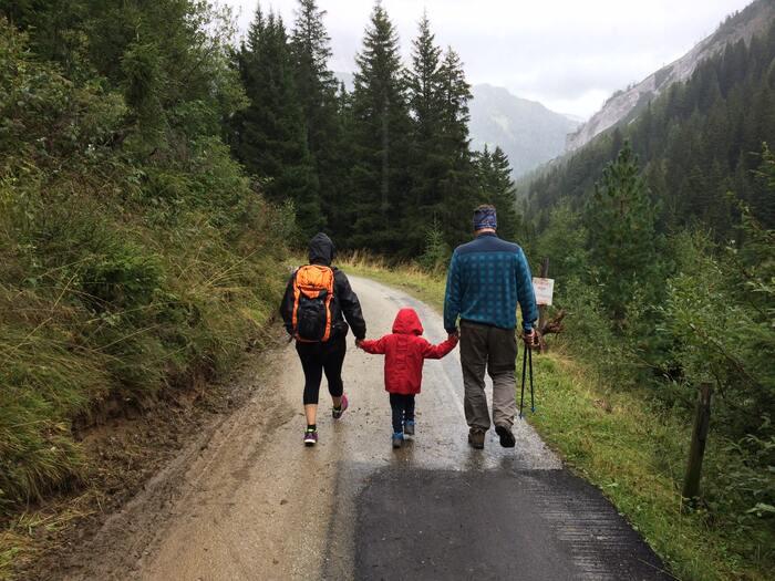 「旅育(たびいく)」とは日常生活から離れ、旅行を通して家族でいろいろな体験をし、子どもの心身の成長を促すというもの。教育的観点を取り入れながら、家族で一緒に楽しんでいくものです。  普通の旅行とは違う「旅育」ならではのポイントを押さえて、家族みんなで旅のアレンジをしていきましょう。
