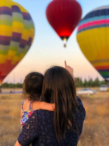 家族旅行のメリットのひとつに、時間の共有が挙げられます。その場でリアルな体験を重ねていくことは、家族一緒の思い出を刻み、子どもの心を豊かにしてくれます。  たとえ、毎年、同じ場所を訪れたとしても、子も親もそれぞれ年を重ね、考え方や取り巻く環境が変わっていきます。  ですから、その場、その一瞬を共有できることに感謝し、それを子どもと一緒に言葉にして表しておくと、考え方の成長を感じることができるようになるでしょう。